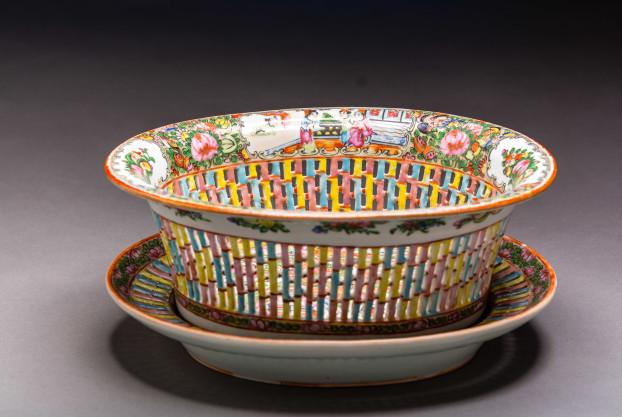 Chestnut Basket with Under Plate (Rose Medallion)